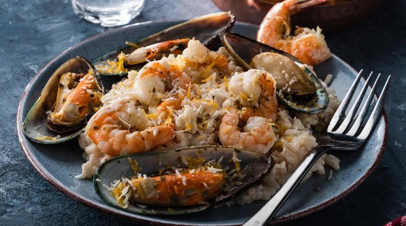 Risotto de almejas con brocheta de sardinas, bacón y pimiento rojo